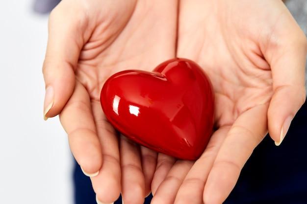 Mãos de mulher dando amor coração e conceito de compartilhamento