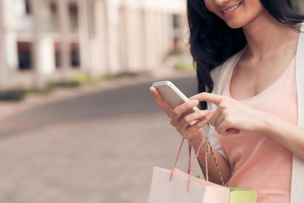 Mãos de mulher de mensagens de texto