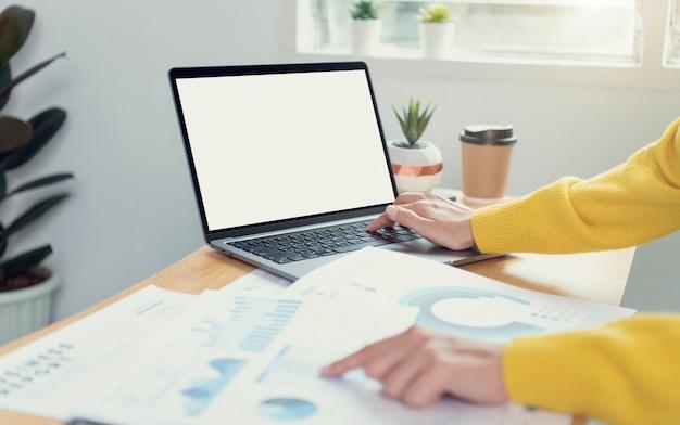 Mãos de mulher de negócios usando laptop com tela em branco. mock-up do monitor do computador. copyspace pronto para desenho ou texto.