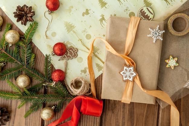 Mãos de mulher embrulhar presente de natal