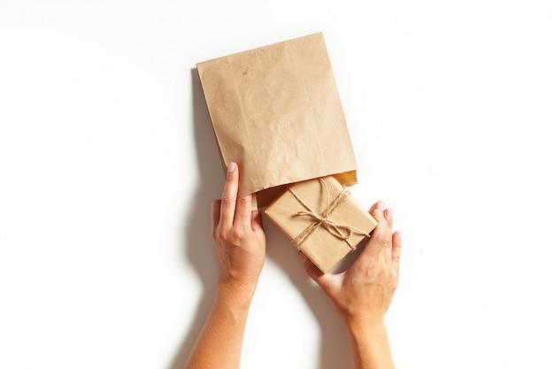 Mãos de mulher embrulhar um presente
