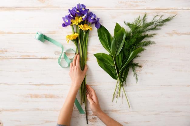 Mãos de mulher florista, fazer buquê de flores coloridas
