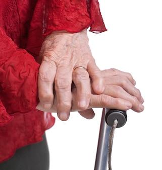 Mãos de mulher idosa em um fundo branco