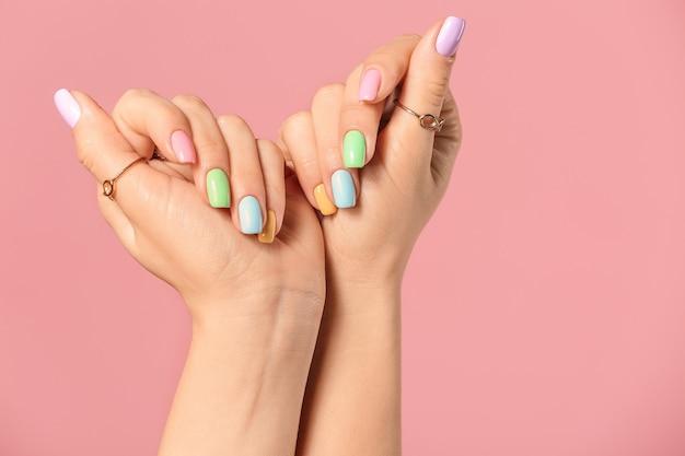Mãos de mulher jovem com uma bela manicure