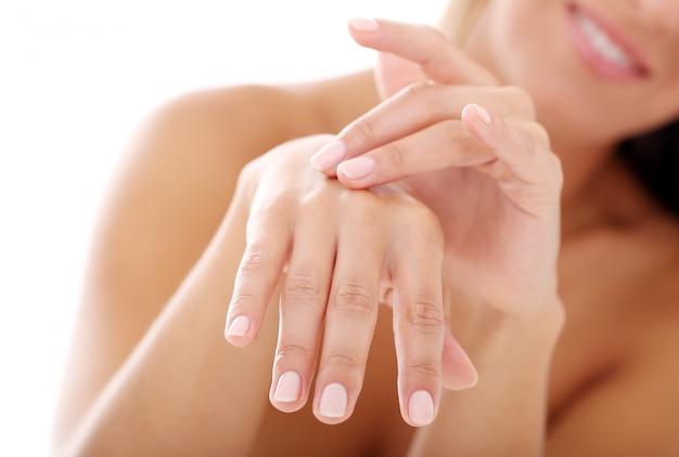 Mãos de mulher jovem, unhas unhas