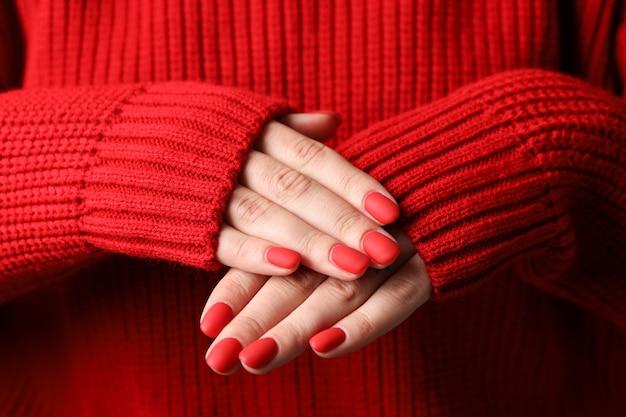 Mãos de mulher, manicure vermelho elegante, espaço para texto. fechar-se