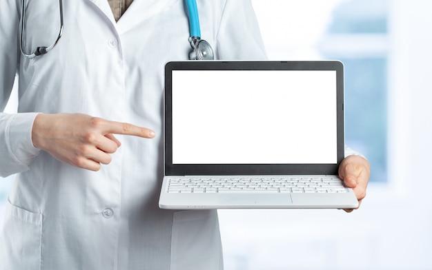 Mãos de mulher médico com laptop
