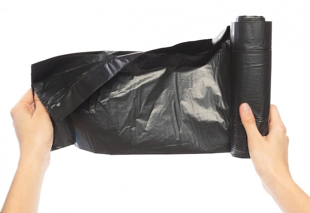 Mãos de mulher segurando o saco de lixo isolar em branco