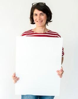 Mãos de mulher segurar a placa de papel em branco