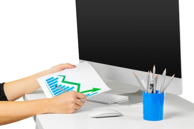 Mãos de mulher trabalhando com teclado de computador isolado no branco