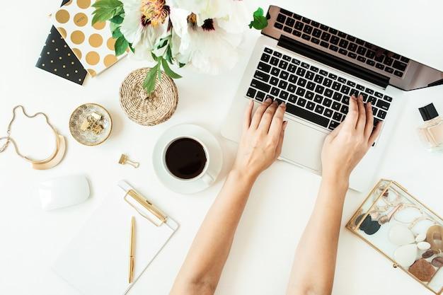 Mãos de mulher trabalhando no laptop