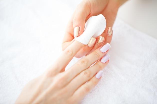 Mãos de mulheres bonitas com manicure perfeita,