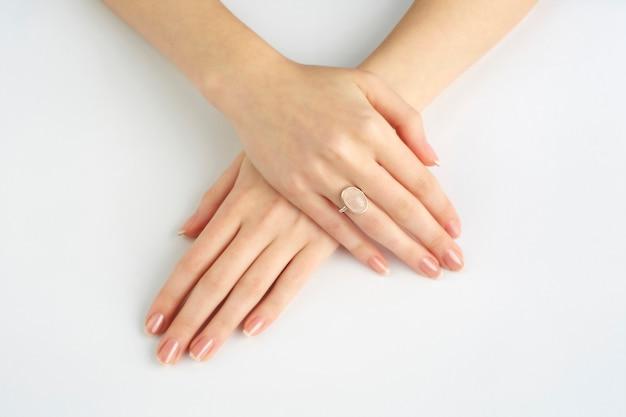 Mãos de mulheres com anel