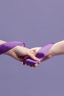 Mãos de mulheres segurando uma fita com espaço de cópia
