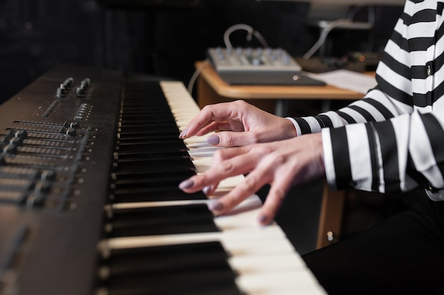 Mãos de música, sintetizador, piano