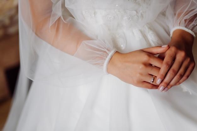Mãos de noiva com manicure