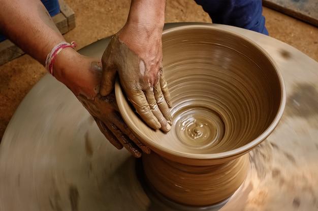 Mãos de oleiro indiano no trabalho, shilpagram, udaipur, rajasthan, índia