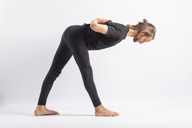 Mãos de oração de pose de meia pirâmide atrás das costas. postura de ioga (asana)