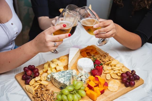 Mãos de pessoas colhendo queijo de pestes