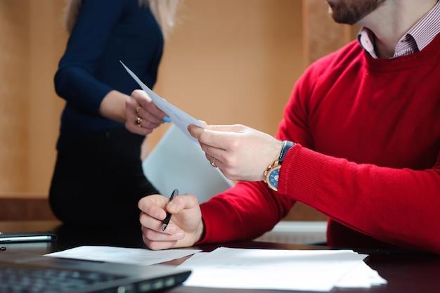 Mãos de pessoas de negócios, passando o documento. pessoas no escritório, realizando uma conferência e discutindo estratégias.