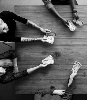 Mãos de pessoas seguram o pagamento de contas de dinheiro