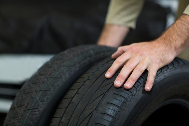 Mãos de pneus tocar mecânico