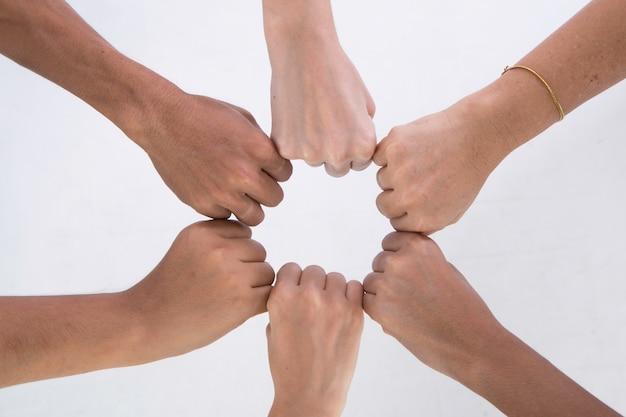 Mãos de punho colidem juntas fazem uma conquista