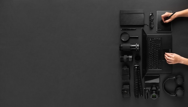 Mãos de retocador de designer ou fotografia usando tablet gráfico na mesa preta mínima com espaço para texto