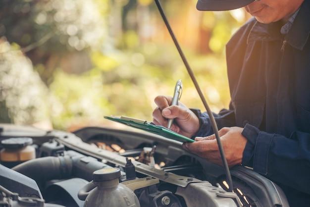 Mãos de técnico consertam conserto de motor de veículos motorizados serviço de automóveis