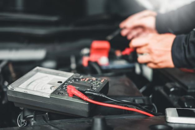 Mãos de técnico de mecânico de automóveis, trabalhando na reparação automóvel