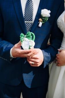 Mãos de um casal recém-casado com um close-up de cadeado