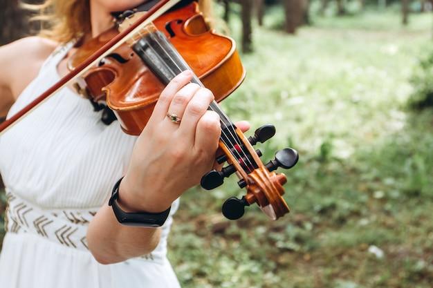 Mãos de um close-up violinista.