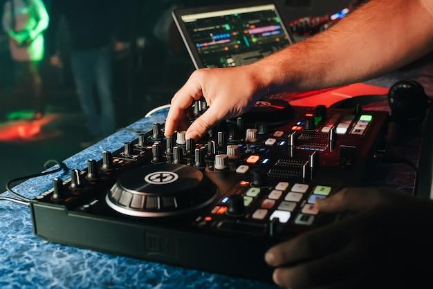 Mãos, de, um, dj, em, um, cabine, tocando, ligado, a, misturador