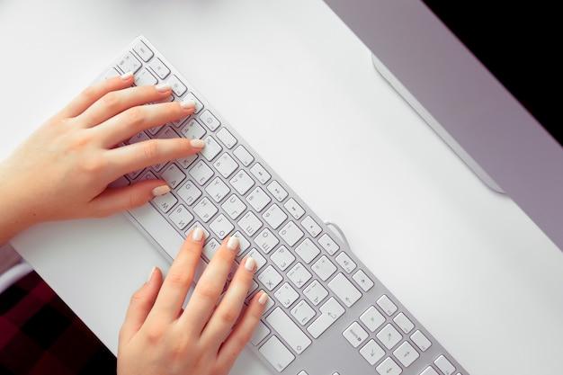 Mãos, de, um, escritório, mulher, digitando
