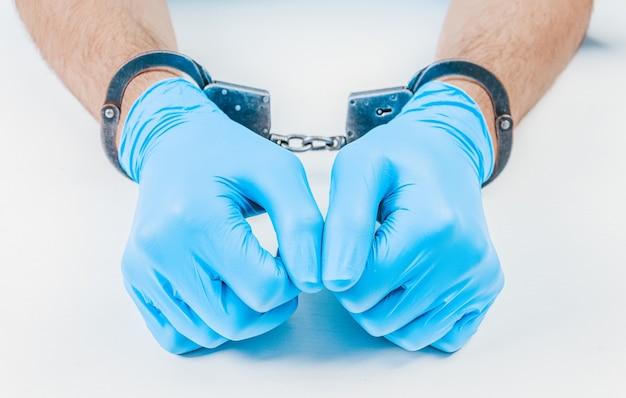 Mãos de um médico algemado. o conceito de corrupção na medicina.