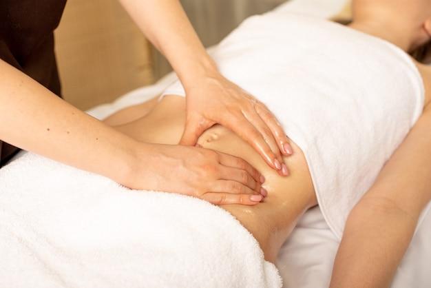 Mãos de um médico que faz a palpação abdominal de um paciente que sofre de dor