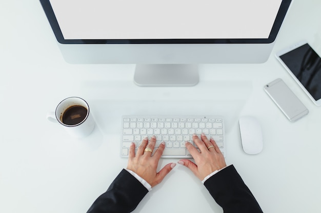 Mãos, de, um, mulher, trabalhar, dela, computador