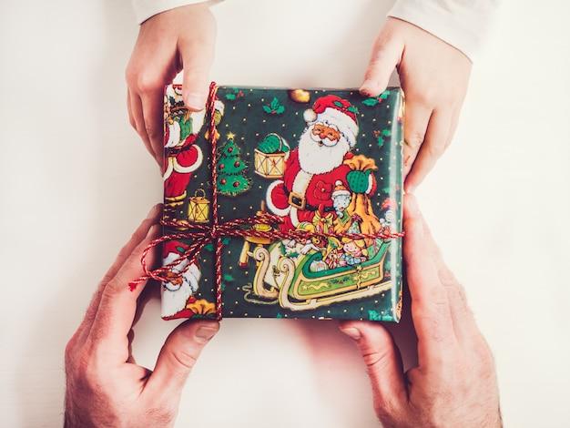 Mãos de uma criança e caixas de presente