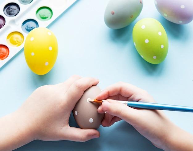 Mãos de uma menina com ovos de páscoa