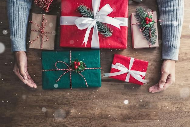 Mãos de uma menina tomando caixas de presente, recebe no feriado de natal