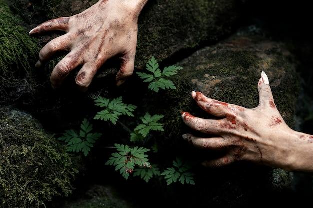 Mãos de zumbi assustadoras na natureza