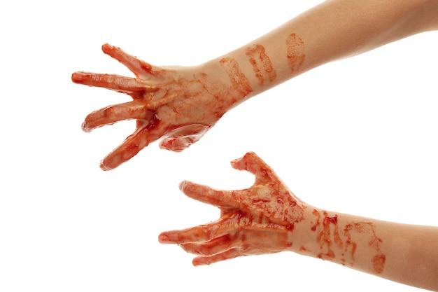Mãos de zumbi de sangue isoladas no branco
