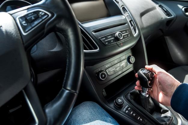 Mãos dentro do carro, preparando-se para a viagem. interior do automóvel
