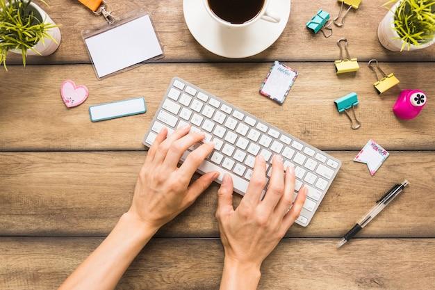 Mãos, digitando, ligado, teclado, ligado, desktop