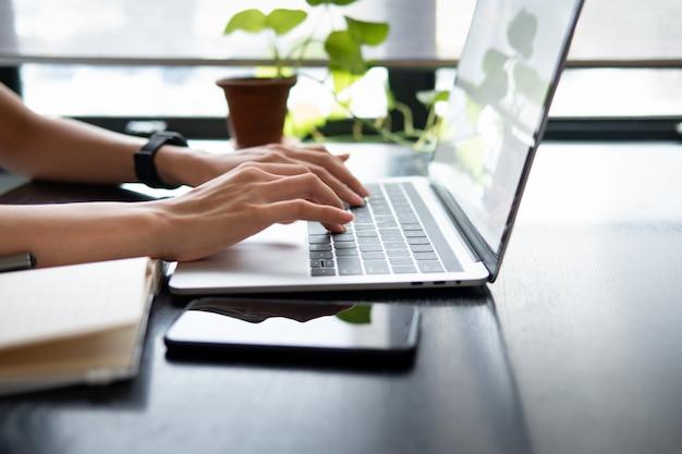 Mãos digitando o teclado do portátil. dispositivo de dispositivo de comunicação de tecnologia.
