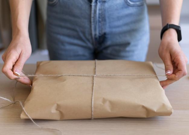 Mãos digitando o tópico do pacote de perto