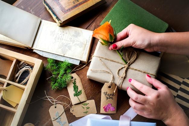 Mãos, diy, embrulhando, caixa presente, ligado, tabela madeira