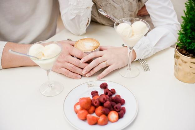 Mãos do amor. sorvete.