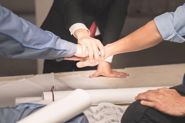 Mãos do conceito de trabalho em equipe de colaboração