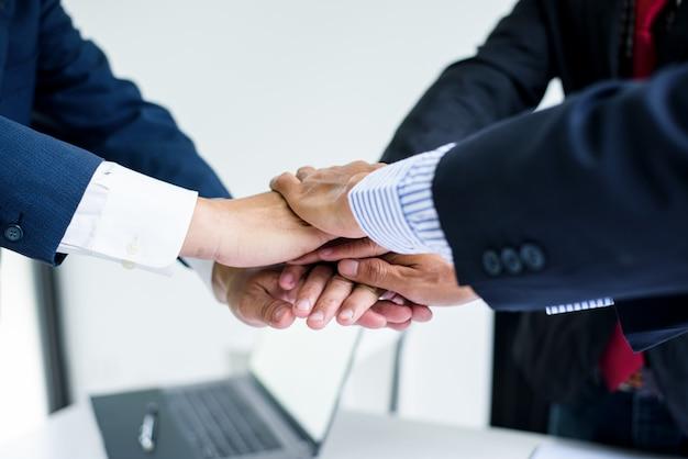 Mãos do empresário apoiam o trabalho em equipe, a comunidade de negócios de colegas.
